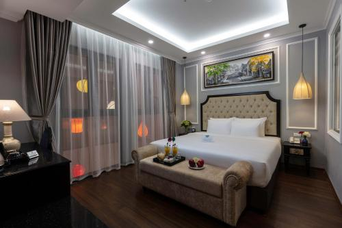 A bed or beds in a room at Babylon Premium Hotel & Spa