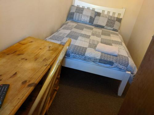 A bed or beds in a room at BASINGSTOKE B&b