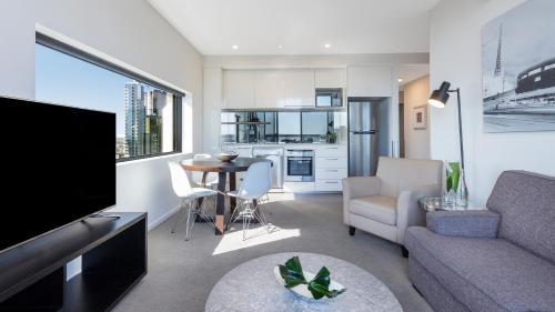A seating area at Oaks Melbourne on William Suites