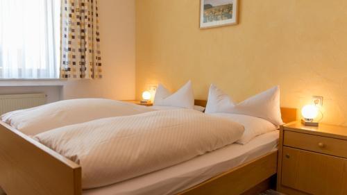 A bed or beds in a room at Brauerei und Gasthof zum Engel