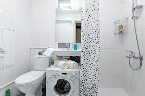 A bathroom at Свежая и уютная студия м. Новокоссино