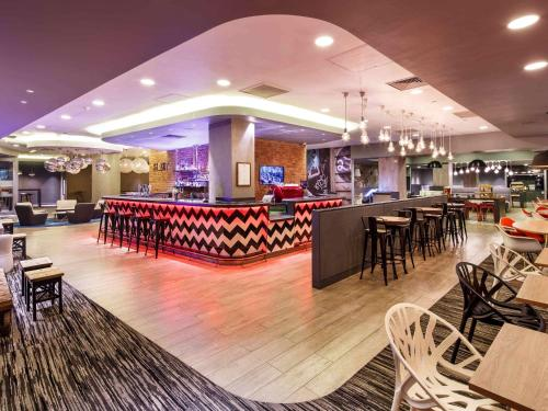 A restaurant or other place to eat at ibis London City - Shoreditch