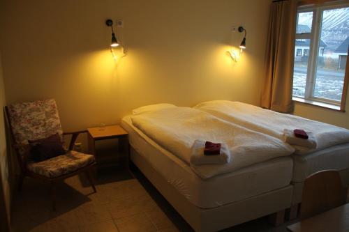 En eller flere senge i et værelse på Hjá Marlín Guesthouse
