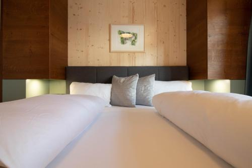 A bed or beds in a room at Wally Berg-Appartements