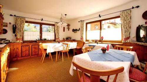 Ein Restaurant oder anderes Speiselokal in der Unterkunft Haus Geiger
