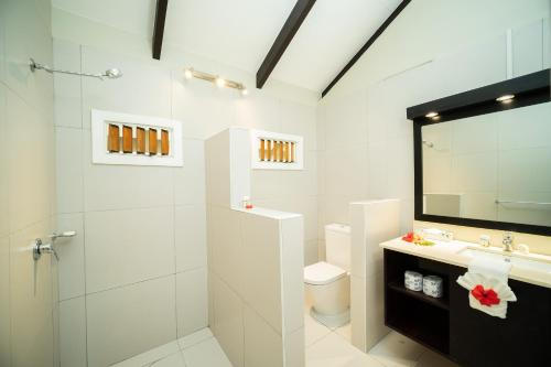 A bathroom at Plantation Island Resort