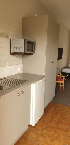 A kitchen or kitchenette at Crystal Fountain Motel Albury
