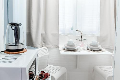 A kitchen or kitchenette at Превосходные апартаменты м. Новокоссино