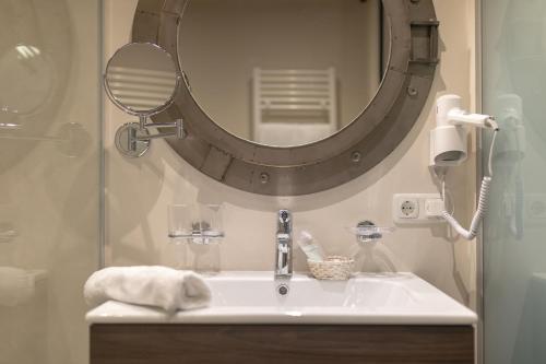 A bathroom at Hotel Landhaus Carla
