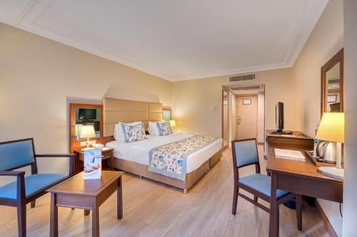 Кровать или кровати в номере Seven Seas Hotel Life - Ultra All Inclusive & Kids Concept -Ex Otium Hotel Life-