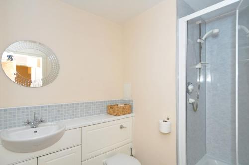 201 Quiet 2 bedroom property with secure private parking