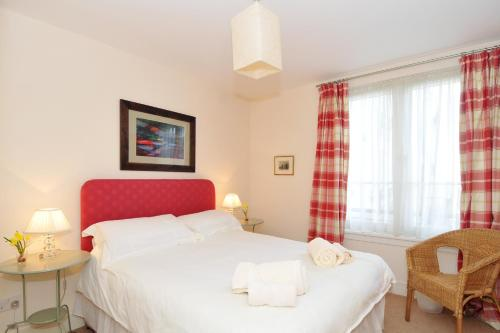 202 quiet 2 bedroom property in residential area with secure private parking