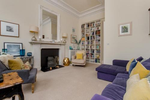 325 - Delightful 2 bedroom apartment situated in typical 18th century square