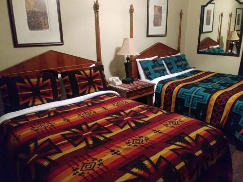 A bed or beds in a room at Apache Lodge