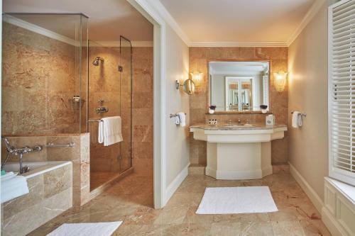 A bathroom at Regent - Berlin