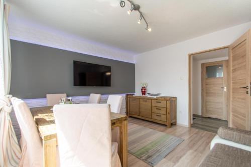 Telewizja i/lub zestaw kina domowego w obiekcie Corka Rybaka Apartments