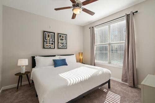 A bed or beds in a room at Kasa Dallas Apartments Near SMU