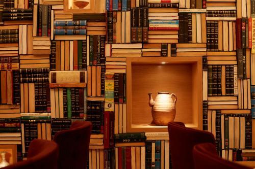 المكتبة في الفندق