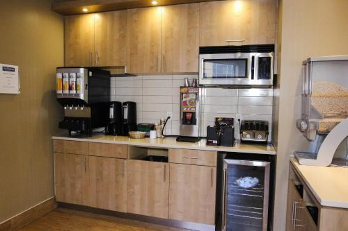 A kitchen or kitchenette at WelcomINNS Ottawa