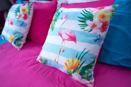 Cama ou camas em um quarto em Omira Apartments Suites. Flamingo room