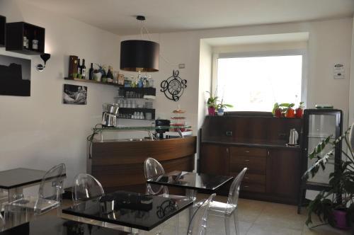 Кухня или мини-кухня в Regalpetra Hotel