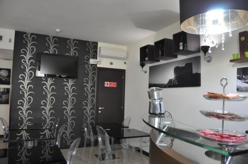 Телевизор и/или развлекательный центр в Regalpetra Hotel