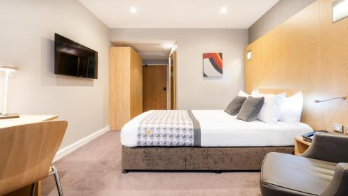 A bed or beds in a room at Holiday Inn London Luton Airport