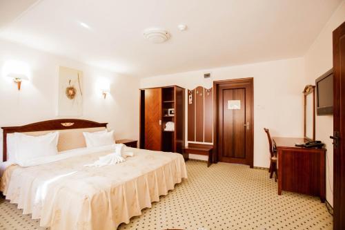 Un pat sau paturi într-o cameră la Complex Hanul Muresenilor