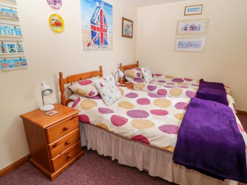 A bed or beds in a room at Corky's Cottage