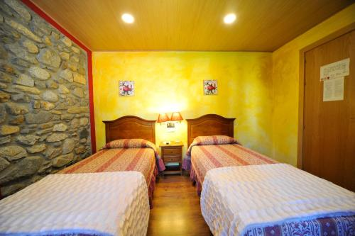 A bed or beds in a room at Hostal Vall D'Aneu