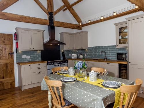 A kitchen or kitchenette at Oxen Cottage