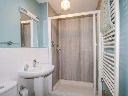 A bathroom at Birch Cottage, Ballater