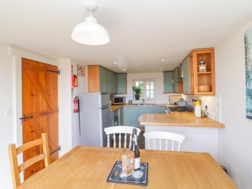 A kitchen or kitchenette at The Hayloft, Dorchester