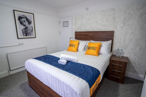 A bed or beds in a room at OYO Brunel Hotel
