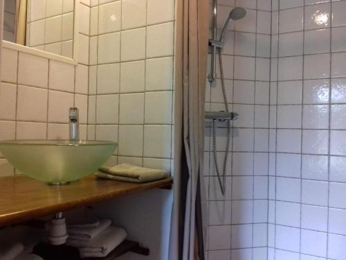 A bathroom at Chambres d'hôtes Le Château Rouge