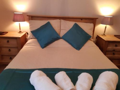 A bed or beds in a room at Hildebrand Guest House