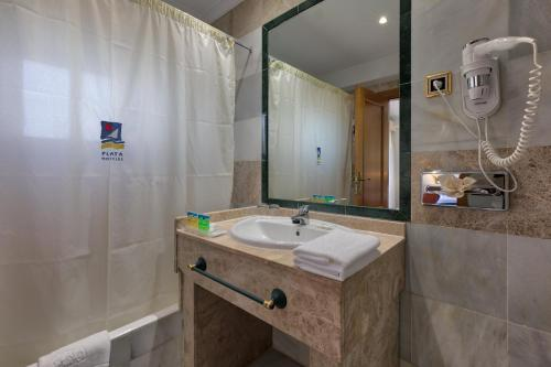A bathroom at Marbella Playa Hotel