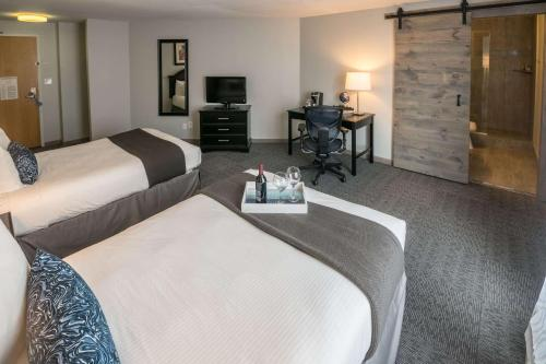 A bed or beds in a room at 816 Hotel Westport Country Club Plaza, Ascend Hotel Collection