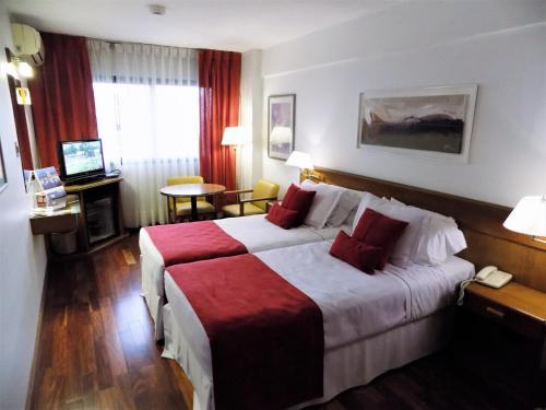 Una cama o camas en una habitación de Balmoral Plaza Hotel