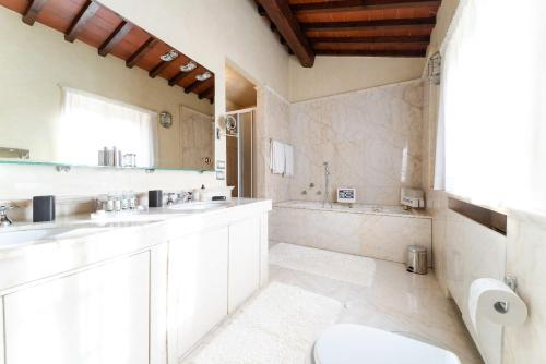 A bathroom at Tenuta Le Viste