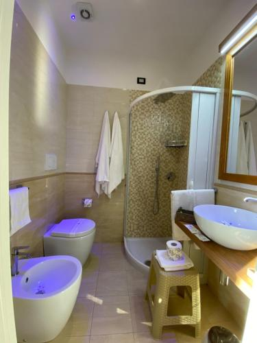 A bathroom at Grand Hotel Royal