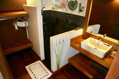 A bathroom at Inle Cottage Boutique Hotel