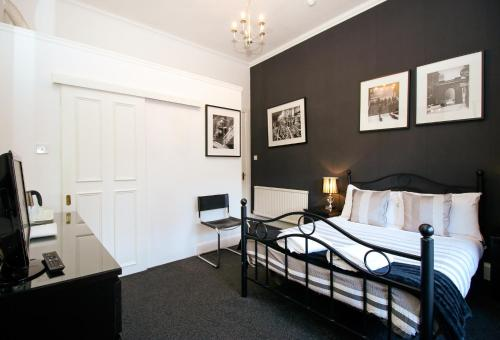 A bed or beds in a room at Glasgow Guest House