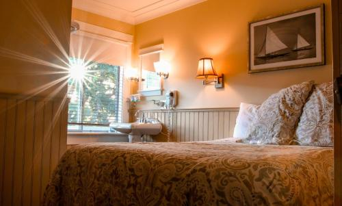 A bed or beds in a room at Salt Spring Inn
