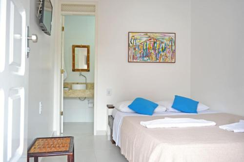A bed or beds in a room at Pousada Aconchego