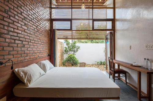 A bed or beds in a room at Sahi Homestay Retreat