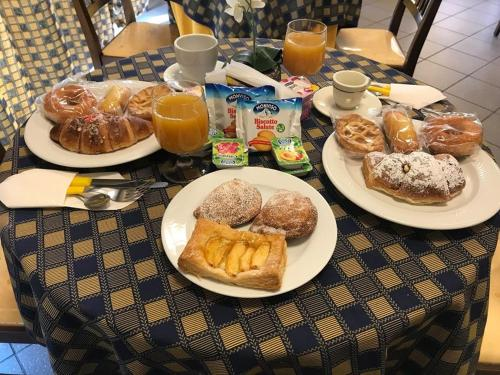 Breakfast options available to guests at Greta Rooms Hotel