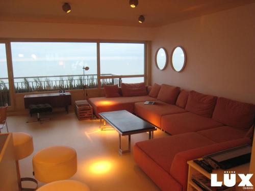 Een zitgedeelte bij Lux Skyline Sea-View Apartments