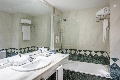 A bathroom at Hotel Madrid Chamartín Affiliated by Meliá