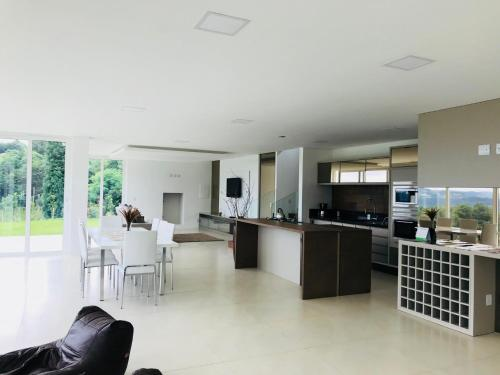 A kitchen or kitchenette at Casa no Vale